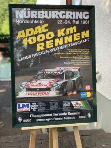 Hilfe für die Opfer der Unwetterkatastrophe in der Nürburgring-Region: netzwerkeins stiftet ein gerahmtes Original-Plakat aus dem Sportjahr 1981.